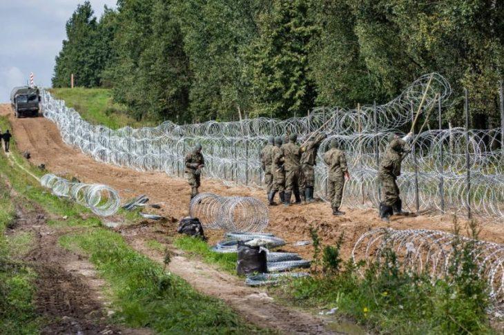 Polscy żołnierze stawiają ogrodzenie z drutu kolczastego wzdłuż granicy polsko-białoruskiej. Polska ogłosiła stan wyjątkowy na pograniczu z Białorusią (zdjęcie archiwalne)