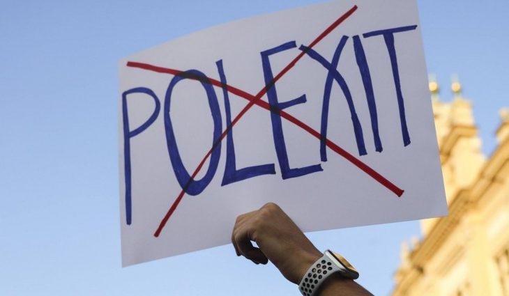 Demonstrant hält Schild mit der durchgestrichenen Aufschrift Polexit hoch (Imago /Beata Zawrzel)