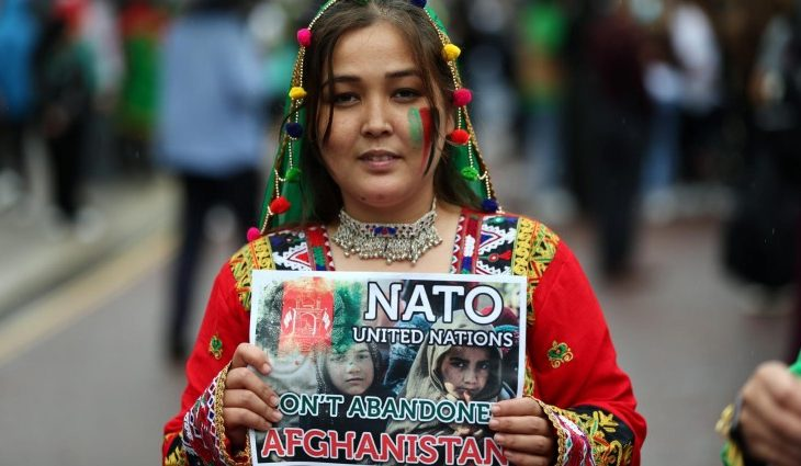 Eine Frau hält ein Schild hoch, auf dem sie die NATO zur Unterstützung für Afghanistan auffordert (picture alliance / ZUMAPRESS.com | Tayfun Salci)